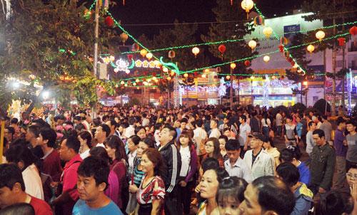Bình Dương: Quá đông người đến lễ, chùa Bà mù mịt khói - 1