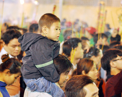 Bình Dương: Quá đông người đến lễ, chùa Bà mù mịt khói - 6