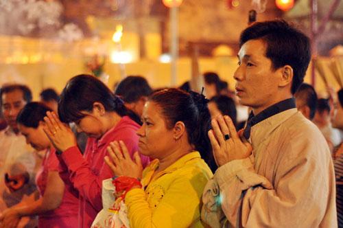 Bình Dương: Quá đông người đến lễ, chùa Bà mù mịt khói - 12