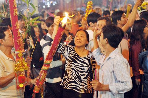 Bình Dương: Quá đông người đến lễ, chùa Bà mù mịt khói - 9