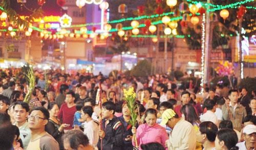 Bình Dương: Quá đông người đến lễ, chùa Bà mù mịt khói - 11