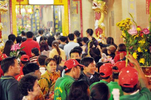 Bình Dương: Quá đông người đến lễ, chùa Bà mù mịt khói - 7