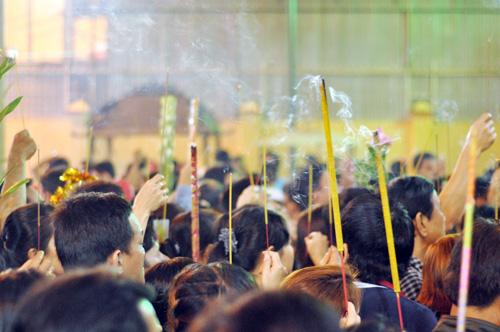Bình Dương: Quá đông người đến lễ, chùa Bà mù mịt khói - 8