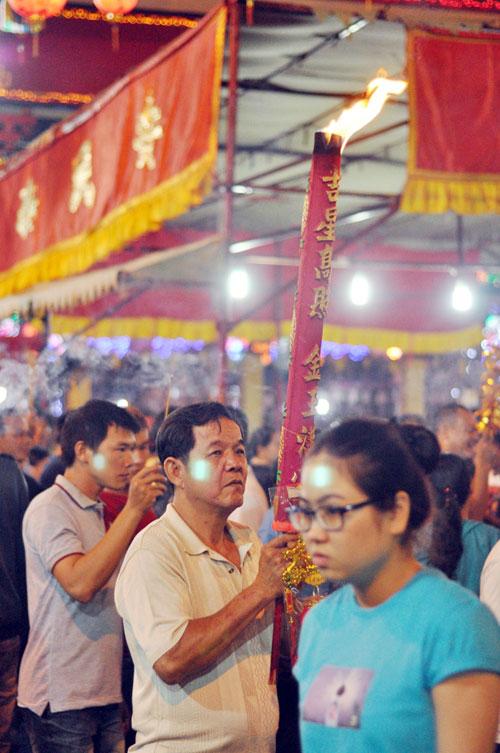 Bình Dương: Quá đông người đến lễ, chùa Bà mù mịt khói - 10