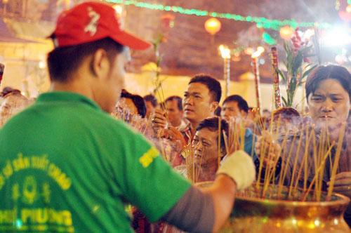Bình Dương: Quá đông người đến lễ, chùa Bà mù mịt khói - 15