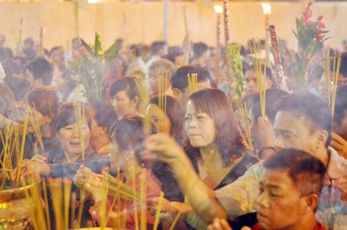 Bình Dương: Quá đông người đến lễ, chùa Bà mù mịt khói - 14