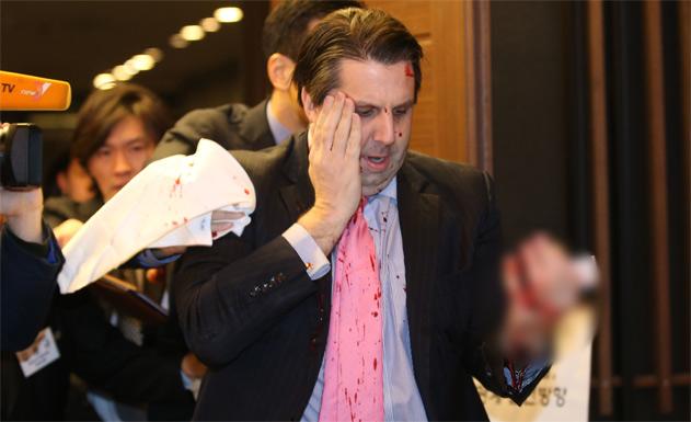Vì sao đại sứ Mỹ bị rạch mặt ở Hàn Quốc? - 1