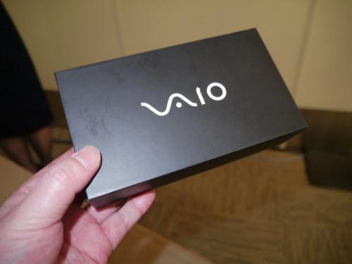 Lộ ảnh hộp smartphone đầu tiên của VAIO - 2