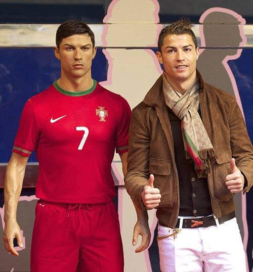 Điệu như Ronaldo: Chải keo vuốt tóc cho cả tượng sáp - 1