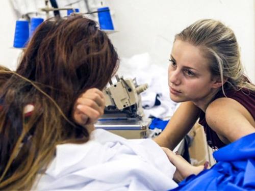 Clip tín đồ thời trang khóc ngất khi làm ở xưởng may - 4