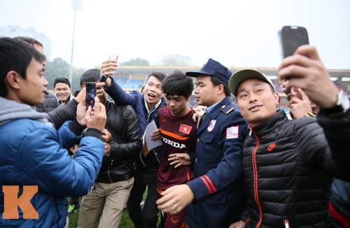 """CĐV """"phát cuồng"""" vì Công Phượng & U23 VN ở sân Hàng Đẫy - 8"""