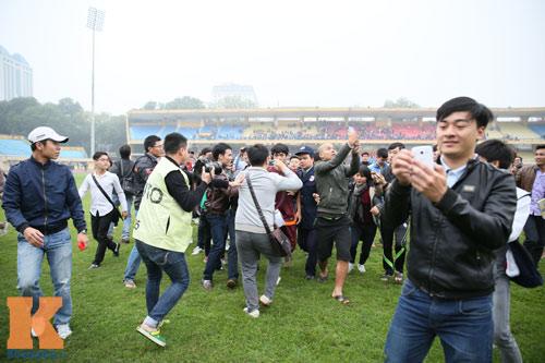"""CĐV """"phát cuồng"""" vì Công Phượng & U23 VN ở sân Hàng Đẫy - 10"""