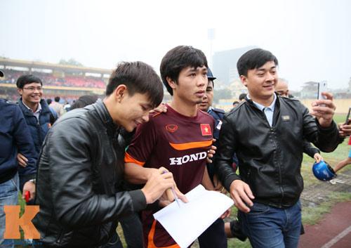 """CĐV """"phát cuồng"""" vì Công Phượng & U23 VN ở sân Hàng Đẫy - 11"""