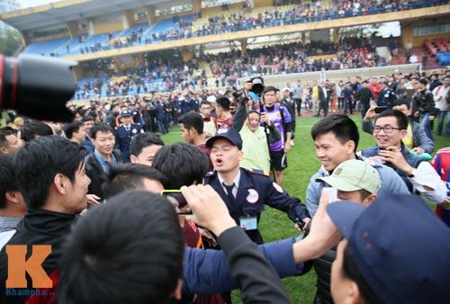 """CĐV """"phát cuồng"""" vì Công Phượng & U23 VN ở sân Hàng Đẫy - 5"""