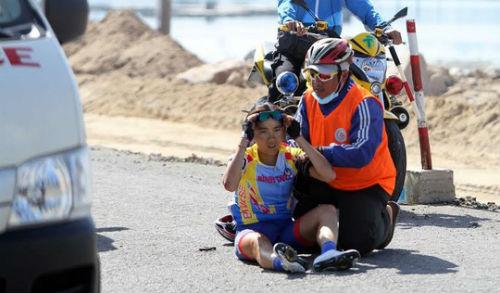 Giải Xe đạp nữ quốc tế Bình Dương: Gặp nạn, VĐV Singapore lên xe cấp cứu - 1