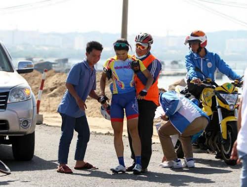 Giải Xe đạp nữ quốc tế Bình Dương: Gặp nạn, VĐV Singapore lên xe cấp cứu - 2