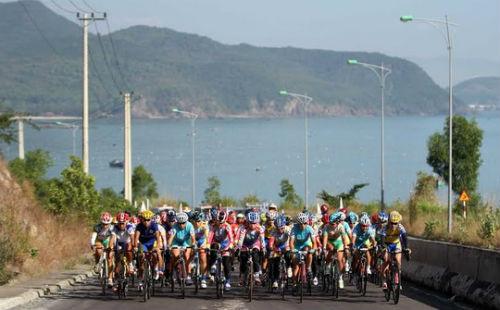 Giải Xe đạp nữ quốc tế Bình Dương: Gặp nạn, VĐV Singapore lên xe cấp cứu - 3