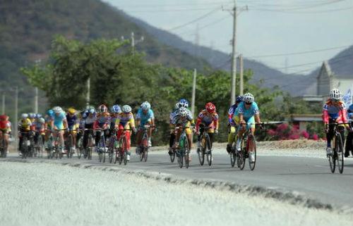 Giải Xe đạp nữ quốc tế Bình Dương: Gặp nạn, VĐV Singapore lên xe cấp cứu - 4