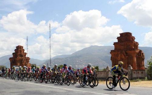 Giải Xe đạp nữ quốc tế Bình Dương: Gặp nạn, VĐV Singapore lên xe cấp cứu - 6