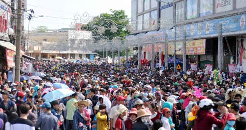 Hàng nghìn người đội nắng xem rước kiệu Bà ở Bình Dương - 2