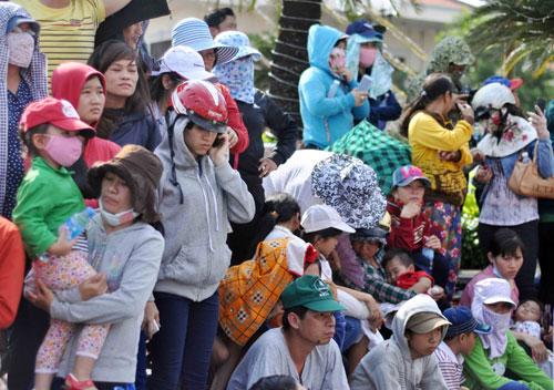 Hàng nghìn người đội nắng xem rước kiệu Bà ở Bình Dương - 3