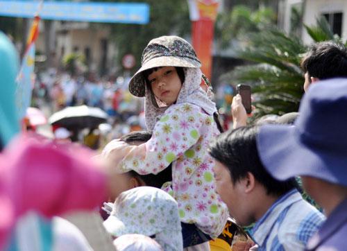 Hàng nghìn người đội nắng xem rước kiệu Bà ở Bình Dương - 7