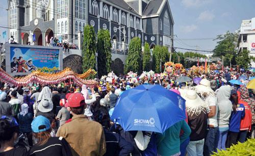 Hàng nghìn người đội nắng xem rước kiệu Bà ở Bình Dương - 9