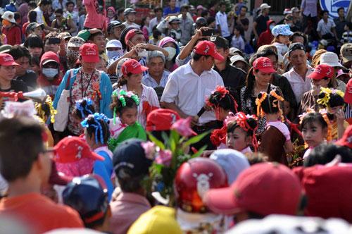 Hàng nghìn người đội nắng xem rước kiệu Bà ở Bình Dương - 12
