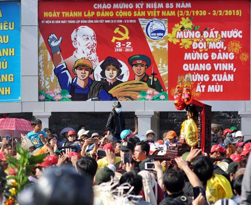 Hàng nghìn người đội nắng xem rước kiệu Bà ở Bình Dương - 13