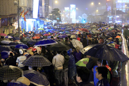 """""""Biển người"""" dầm mưa làm lễ giải sao Thái Bạch - 1"""