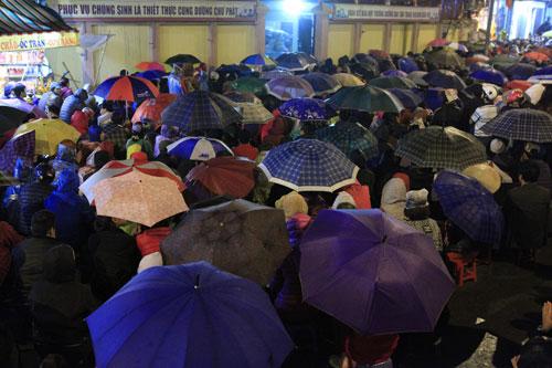 """""""Biển người"""" dầm mưa làm lễ giải sao Thái Bạch - 4"""