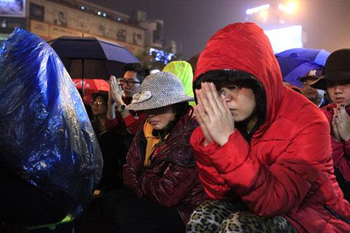 """""""Biển người"""" dầm mưa làm lễ giải sao Thái Bạch - 8"""