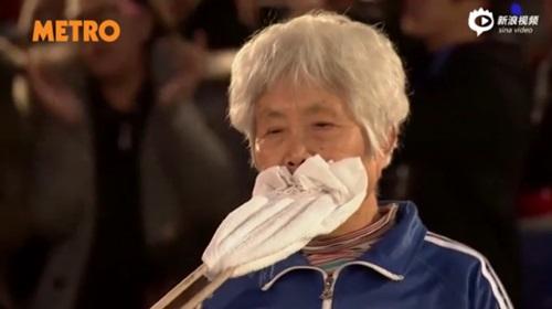 """Clip cụ bà 81 tuổi dùng răng kéo ô tô """"gây sốc"""" - 2"""