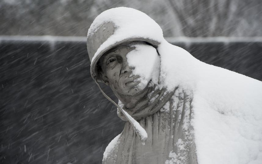 """Ảnh: Miền đông nước Mỹ """"oằn mình"""" chống bão tuyết - 4"""