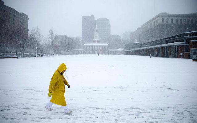 """Ảnh: Miền đông nước Mỹ """"oằn mình"""" chống bão tuyết - 10"""