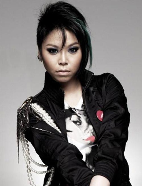 """Nữ ca sĩ Thái Lan rũ sạch vẻ nam tính nhờ """"dao kéo"""" - 2"""