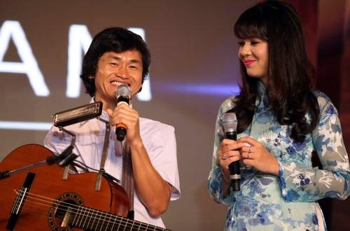 Clip nghệ sĩ guitar một tay chơi nhạc Trịnh xúc động - 1