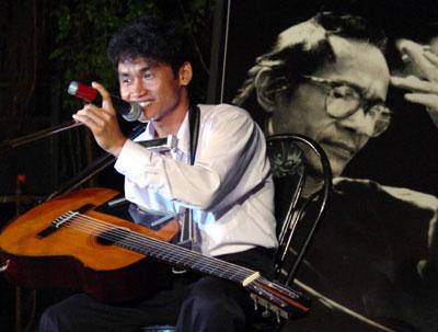 Clip nghệ sĩ guitar một tay chơi nhạc Trịnh xúc động - 2