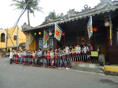 Hội An: Dân xếp hàng chờ lễ vía Quan Công - 4