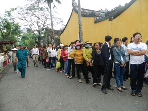 Hội An: Dân xếp hàng chờ lễ vía Quan Công - 1