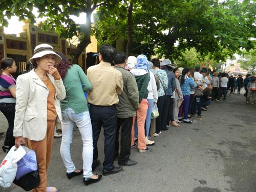 Hội An: Dân xếp hàng chờ lễ vía Quan Công - 2