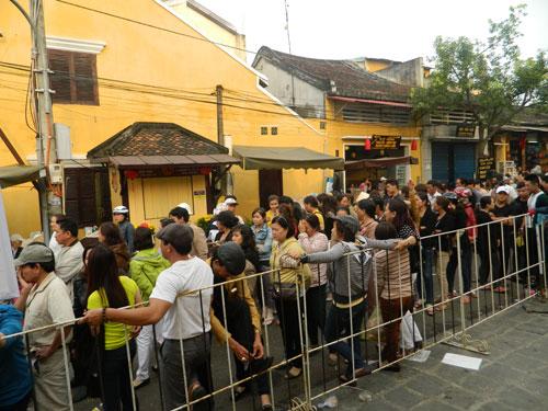 Hội An: Dân xếp hàng chờ lễ vía Quan Công - 3