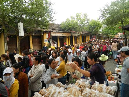 Hội An: Dân xếp hàng chờ lễ vía Quan Công - 5