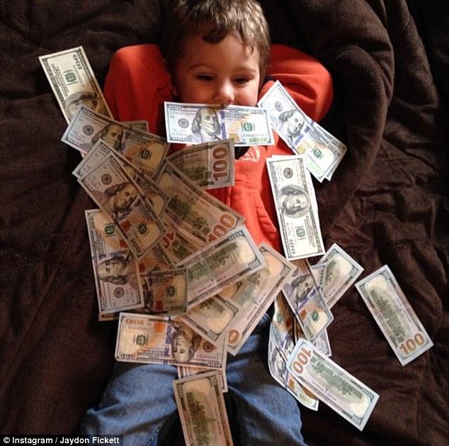Bố mẹ lợi dụng con trẻ để khoe mẽ sự giàu có - 3