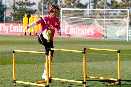 Real sa sút: Trong nỗi nhớ Modric, James Rodriguez - 2