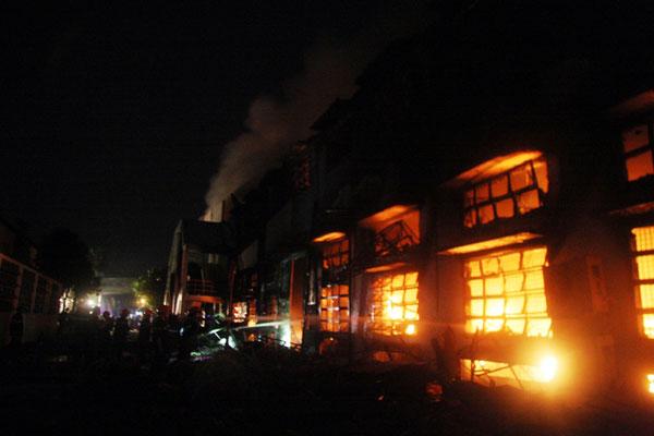 Cháy dữ dội tại công ty sản xuất giày thể thao - 1