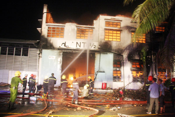 Cháy dữ dội tại công ty sản xuất giày thể thao - 2