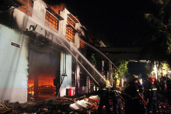 Cháy dữ dội tại công ty sản xuất giày thể thao - 4