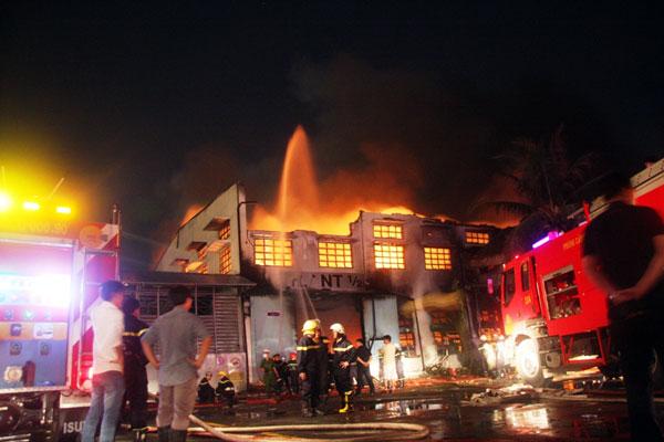 Cháy dữ dội tại công ty sản xuất giày thể thao - 5