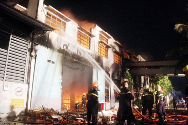 Cháy dữ dội tại công ty sản xuất giày thể thao - 7